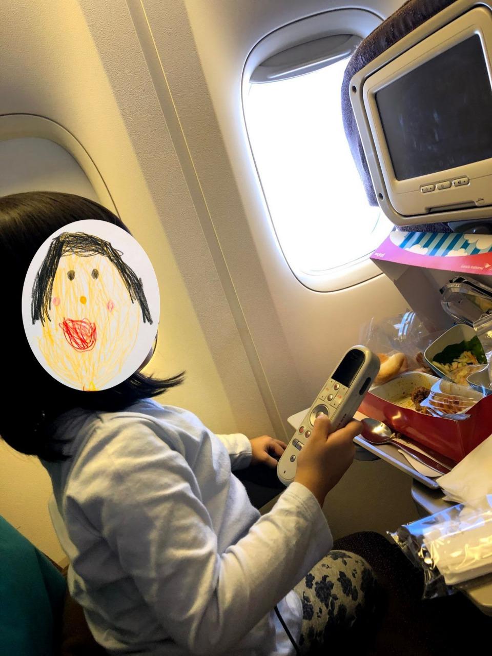 機内の子供