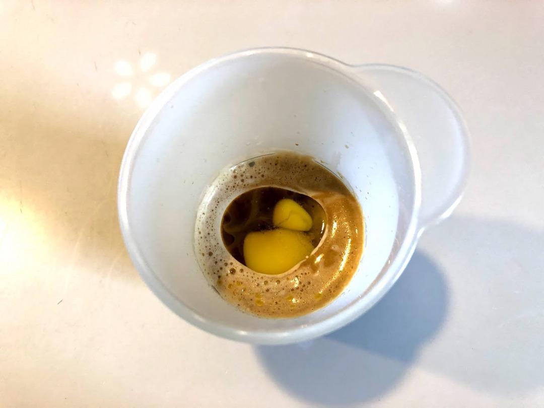 バターにコーヒーを注ぐ