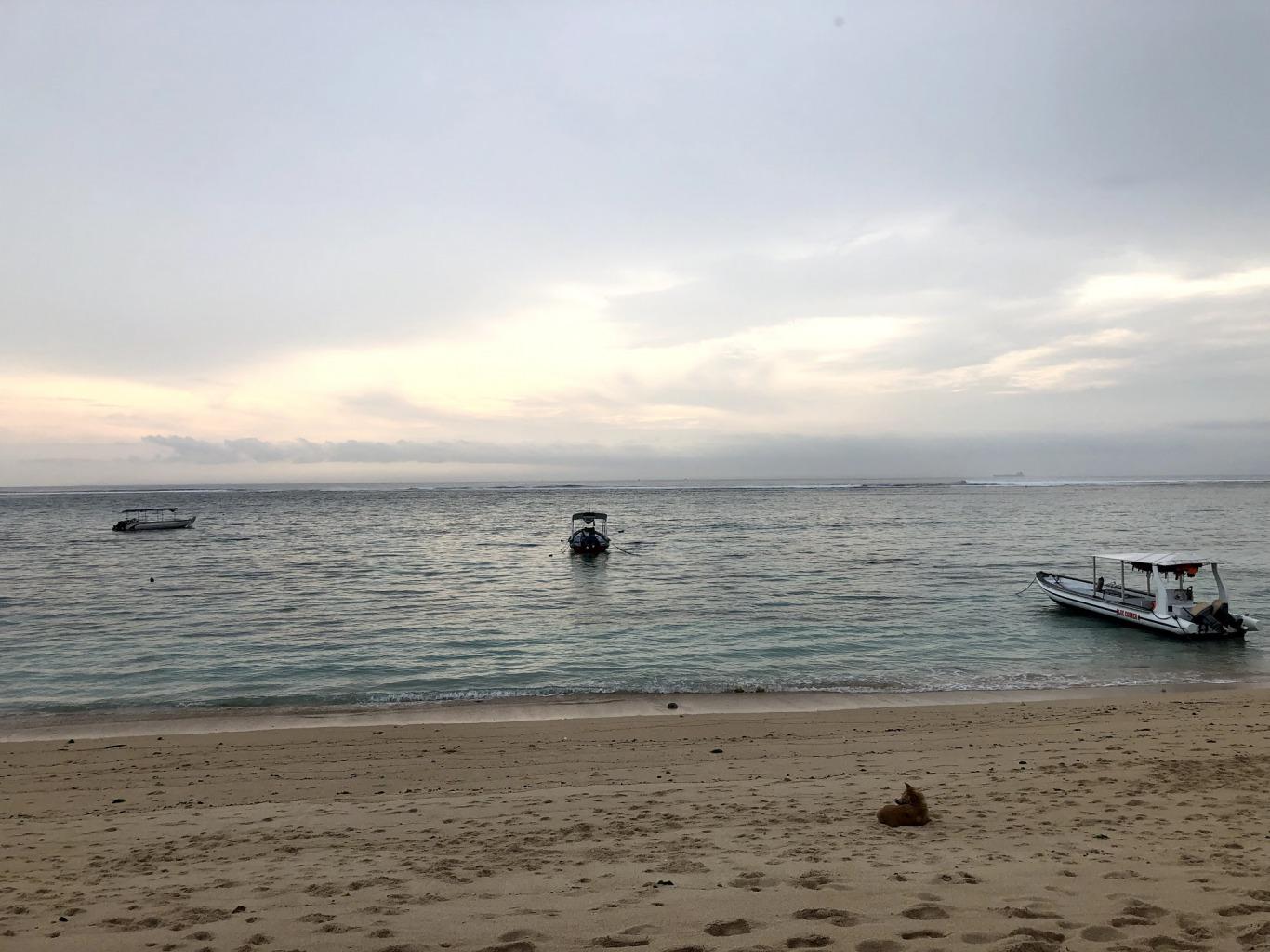 ホテルのビーチの夕暮れ